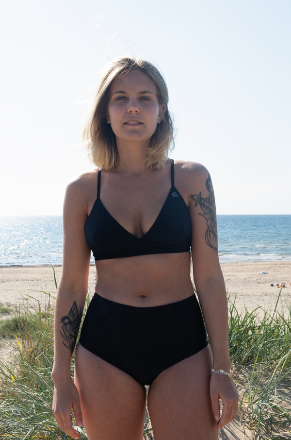En kvinna i en svart bikini NOVA & LUNA kust of sweden passform swimsuit tyra